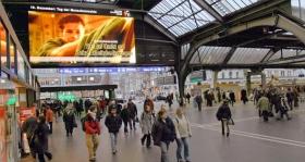 Anúncios de Serviço Público da Youth for Human Rights a serem exibidos na estação principal de Zurique (Suíça).