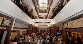 Depois da fita ter caído, milhares de Scientologists e convidados visitaram a espetacular galeria de quatro andares com claraboia da Igreja.