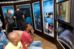 Aqueles que visitam o novo Centro de Melhoramento da Vida de Scientology fazem visitas autoguiadas pelas exibições em multimédia ilustrando as crenças e práticas de Scientology, a vida e o legado do Fundador, L. Ron Hubbard, e os programas globais de melhoramento social e humanitário da Igreja.