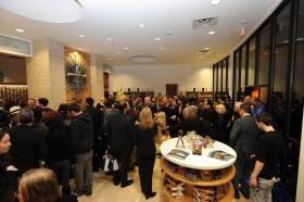 Depois que a fita foi cortada no edifício totalmente renovado no 2761 Emerson Avenue, Scientologists e convidados visitaram a nova Igreja de Scientology e Centro de Celebridades de Las Vegas.