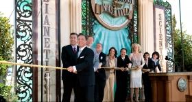 O Sr. Miscavige conduziu a cerimónia do corte da fita, acompanhado por executivos da Igreja e convidados especiais, para abrir oficialmente as portas da Igreja de Scientology de Nashville e Centro de Celebridades para todos.
