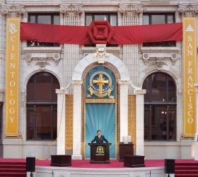 O Sr. Miscavige dedicou o Edifício histórico restaurado Transamérica, no centro de San Francisco, a uma nova era de atividade espiritual.