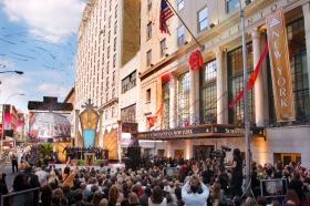 Imediatamente após o corte da fita para a Igreja de Scientology de Nova Iorque, os convidados passaram através das suas portas para um primeiro olhar na nova Igreja da Grande Maçã.